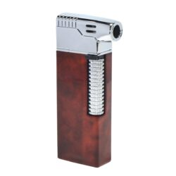 Dýmkový zapalovač Hadson Kansas Pipe, hnědý-Dýmkový zapalovač Hadson s kamínkovým zapalováním. Kvalitně zpracovaný zapalovač pro kuřáky dýmky je vybavený bočním plamenem a praktickým integrovaným dýmkovým příslušenstvím, které každý kuřák dýmky každodenně potřebuje. Na spodní straně zapalovače najdeme plnící ventil a ovládání intenzity plamene. Zapalovač je dodáván v dárkové krabičce. Výška 7,7 cm.
