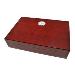 Humidor na doutníky Třešeň 20D, stolní-Stolní humidor na doutníky s kapacitou cca 20 doutníků. Dodáván s vlhkoměrem a zvlhčovačem. Vnitřek humidoru je vyložený cedrovým dřevem. Rozměr: 26x18x6 cm. Povrchová úprava: lesklý.