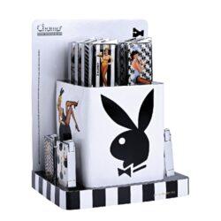 Zapalovač Champ Playboy Pin Up-Kovový plynový zapalovač Playboy. Zapalovač je plnitelný. Výška: 5,5cm. Při nákupu celého balení (12ks), je dodáván stojánek z kartonu. Cena je uvedena za 1 ks.