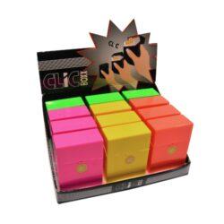 Pouzdro Clic Boxx Neon II na cigarety-Pouzdro na cigarety. Pouzdro na cigarety Clic Boxx - pouzdro na krabičku cigaret (20ks) velikosti King Size. Po stisknutí dojde k otevření pouzdra díky pružince. Rozměry: 9,5x5,8x2,4cm. Pouzdro na cigarety je plastové. Cena je uvedena za 1 ks. Před odesláním objednávky uveďte číslo barevného provedení do poznámky.