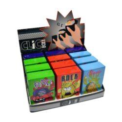 Pouzdro na cigarety Clic Boxx Music-Pouzdro na cigarety. Pouzdro na cigarety Clic Boxx - pouzdro na krabičku cigaret (20ks) velikosti King Size. Po stisknutí dojde k otevření pouzdra díky pružince. Rozměry: 9,5x5,8x2,4cm. Pouzdro na cigarety je plastové.