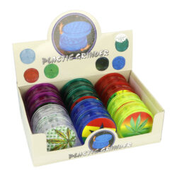 Drtič tabáku Hemp, plastový-Plastový drtič tabáku Hemp s 3D motivem. Dvojdílný drtič je spojený na magnet. Rozměry drtiče tabáku: průměr 59mm, výška 23mm. Cena je uvedena za 1 ks. Před odesláním objednávky uveďte číslo barevného provedení do poznámky.