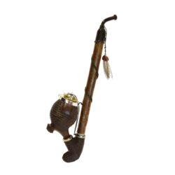 Dýmka vyřezávaná dřevěná BPK 88-923, 300mm-Vyřezávaná dýmka dřevěná. Vyřezávaná dýmka BPK je ručně vyrobena. Dřevěná dýmka má plastový náustek. Délka: 300mm.