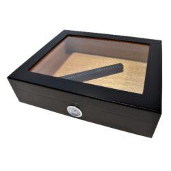 Humidor na doutníky Černý na 20 doutníků, stolní-Stolní humidor na doutníky s proskleným víkem. Humidor je cca na 20 doutníků. Doutníkový humidor obsahuje vlhkoměr a zvlhčovač. Rozměr humidoru 26x22x7cm.
