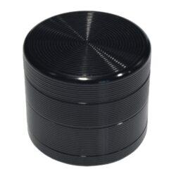 Drtič tabáku Grooves černý, kovový-Kovový drtič tabáku. Čtyřdílný se závitem a sítkem. Rozměry drtiče tabáku: průměr 55mm, výška 48mm.