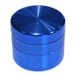 Drtič tabáku Grooves modrý, kovový-Kovový drtič tabáku. Čtyřdílný se závitem, sítkem a zásobníkem. Rozměry drtiče tabáku: průměr 55mm, výška 48mm.