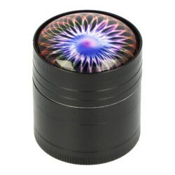Drtič tabáku kovový 3D, 40mm-Kovový drtič tabáku. Čtyřdílný drtič se závitem, sítkem a zásobníkem. Rozměry drtiče tabáku: průměr 40mm, výška 45mm.