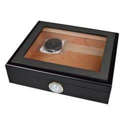 Humidor na doutníky Angelo černý matný prosklený 25D, stolní-Stolní humidor na doutníky s proskleným víkem a kapacitou cca 25 doutníků. Dodáván s vlhkoměrem a polymerovým zvlhčovačem. Vnitřek humidoru je vyložený cedrovým dřevem. Rozměr: 26x22x7 cm. Povrchová úprava: matmý.