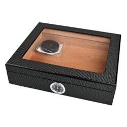 Humidor na doutníky Angelo carbon prosklený 25D, stolní-Stolní humidor na doutníky s proskleným víkem s kapacitou cca 25 doutníků. Dodáván s vlhkoměrem a polymerovým zvlhčovačem. Vnitřek humidoru je vyložený cedrovým dřevem. Rozměr: 26x22x7 cm.