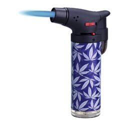 Tryskový zapalovač Prof Torch Color Leaves-Tryskový zapalovač vhodný nejen k zapalování doutníků. Výborný též k zapálení uhlíků do vodní dýmky, krbů nebo grilů. Zapalovač je plnitelný a má pojistku proti zapálení. Výška zapalovače: 10,5cm. Cena je uvedena za 1ks. Před odesláním objednávky uveďte číslo barevného provedení do poznámky.