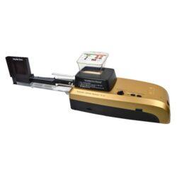 Elektrická plnička dutinek HSPT Gold-Plně automatická elektrická plnička cigaretových dutinek značky HSPT Gold. Plnička je určena pro plnění dutinek klasické velikosti King Size. Cigaretová plnička plní dutinky pomocí hrotu. Na jeden cyklus, který trvá cca. 2,5 minuty, naplní 10 ks dutinek. Na horní straně plničky najdeme LED indikaci zapnutí, ovladač intenzity plnění, tlačítko pro spuštění a přerušení plnění a tlačítko Start/Stop/Zpět. K plničce je dodáván mlýnek na tabák, vlhkoměr a příslušenství k údržbě. Rozměr: 59x16x16cm.