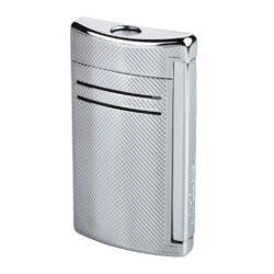 Zapalovač S.T. DuPont Maxijet, chromový squares-Kvalitní tryskový zapalovač S.T. DuPont Maxijet známé francouzské značky. Za preciznost zpracování kovového zapalovače hovoří sama značka S.T. DuPont. Díky silnému plamenu je vhodný nejen k zapalování cigaret, ale i doutníků. Na boční straně je umístěné okénko, kde je možné vidět hladinu plynu v zapalovači. Na spodní části zapalovače najdete nastavení intenzity plamene a ventil na plnění plynem. Zapalovač je dodáván v dárkové bílé krabičce s logem. Výška: 6,5cm.