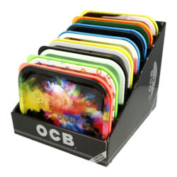 Balící podložka OCB, 8mix-Balící podložka OCB s víkem. Zavírací plechová podložka na balení cigaret je potištěná atraktivními motivy OCB. Praktická podložka - tácek je opatřen barevným plastovým víkem. Rozměry podložky: 18,5x14x3,3cm(s víkem). Před odesláním objednávky uveďte číslo barevného provedení do poznámky. Cena je uvedena za 1 ks.