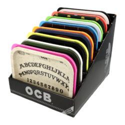 Balící podložka OCB, 8mix-Balící podložka OCB s víkem. Plechová podložka potištěná atraktivními motivy OCB je opatřena barevným plastovým víkem. Rozměry podložky: 18,5x14x3,3cm(s víkem). Před odesláním objednávky uveďte číslo barevného provedení do poznámky. Cena je uvedena za 1 ks.