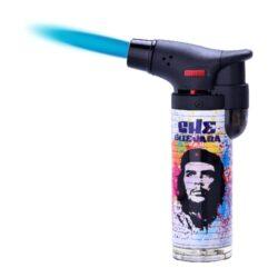 Tryskový zapalovač Prof Torch Che Guevara-Tryskový zapalovač vhodný nejen k zapalování doutníků. Zapalovač je plnitelný, má pojistku proti zapálení. Výška zapalovače: 10,5cm.
