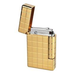 Zapalovač S.T. DuPont Initial Square, zlatý-Luxusní plynový zapalovač S.T. DuPont Initial Line známé francouzské značky. Moderní klasika - to jsou slova, co vystihují tento elegantní styl řady Initial vydanou k 75. výročí prvního luxusního zapalovače této značky. Dokonale zpracovaný kovový kamínkový zapalovač, který skvěle kombinuje funkci a elegantní vzhled. Na boku najdeme škrtací mechanismus. Ve spodní části najdeme plnící ventil plynu a ovládání intenzity plamene. Kamínek se mění v horní části zapalovače. Zapalovač je dodáván v dárkové krabičce vyložené jemným sametem. Výška 5,5cm. Vyrobeno ve Francii. Zapalovače S.T. DuPont nejsou při dodání naplněné plynem.