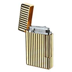 Zapalovač S.T. DuPont Initial Line, zlatý-Luxusní plynový zapalovač S.T. DuPont Initial Line známé francouzské značky. Moderní klasika - to jsou slova, co vystihují tento elegantní styl řady Initial vydanou k 75. výročí prvního luxusního zapalovače této značky. Dokonale zpracovaný kovový kamínkový zapalovač, který skvěle kombinuje funkci a elegantní vzhled. Na boku najdeme škrtací mechanismus. Ve spodní části najdeme plnící ventil plynu a ovládání intenzity plamene. Kamínek se mění v horní části zapalovače. Zapalovač je dodáván v dárkové krabičce vyložené jemným sametem. Výška 5,5cm. Vyrobeno ve Francii. Zapalovače S.T. DuPont nejsou při dodání naplněné plynem.