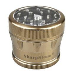 Drtič tabáku ALU Sharp Stone Gold, 53mm-Značkový kovový drtič tabáku Sharp Stone. Kvalitní čtyřdílná drtička se závitem, sítkem a zásobníkem na tabák je vyrobena z kvalitního leteckého hliníku CNC technologií. Povrch je upraven eloxováním. Víčko drtičky s průhledovým okénkem je magneticky uzavíratelné. Diamantem broušené ostří nožů velmi jemně nadrtí vaší směs. Rozměry: průměr 53mm, výška 45mm. Drtič ja zabalen v látkovém sáčku.