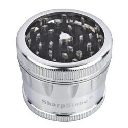 Drtič tabáku ALU Sharp Stone Chrome, 62mm-Značkový kovový drtič tabáku Sharp Stone. Kvalitní čtyřdílná drtička se závitem, sítkem a zásobníkem na tabák je vyrobena z kvalitního leteckého hliníku CNC technologií. Povrch je upraven eloxováním. Víčko drtičky s průhledovým okénkem je magneticky uzavíratelné. Diamantem broušené ostří nožů velmi jemně nadrtí vaší směs. Rozměry: průměr 62mm, výška 50mm. Drtič ja zabalen v látkovém sáčku.