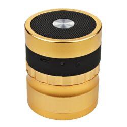 Drtič tabáku ALU Dreamliner Speaker Gold-Drťte a poslouchejte hudbu! Kvalitní kovový drtič tabáku Dreamliner Speaker s Bluetooth reproduktorem. Masivní čtyřdílná drtička se závitem, sítkem a zásobníkem na tabák  je vyrobena z kvalitního hliníku CNC technologií. Povrch je upraven eloxováním. Ostré hroty ve tvaru diamantu nadrtí velmi jemně vaší směs. Na horní straně víčka, které je magneticky uzavíratelné, je umístěn reproduktor. Na přední straně drtiče se nachází ovládací prvky: konektor napájení, LED indikace a tlačítko ON/OFF. Reproduktor je možné připojit přes Bluetooth ke všem zařízením Android/iOS, které disponují touto možností připojení. Reproduktor lze přiloženým USB kabelem nabíjet a nebo napájet. Rozměry: průměr 63mm, výška 73mm.
