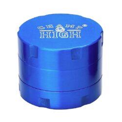 Drtič tabáku kovový Champ High 30mm, 12set-Kovový mini drtič tabáku Champ High. Moderní třídílná drtička se závitem, sítkem a zásobníkem na tabák je precizně vyrobena z kvalitního hliníku CNC technologií. Povrch je upraven eloxováním. Víčko drtičky zdobené logem Champ je magneticky uzavíratelné. Ostré zuby ve tvaru diamantu velmi dobře nadrtí vaši směs do požadované kvality. Rozměry: průměr 30mm, výška 25mm. Cena je uvedena za 1 kus.