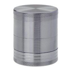 Drtič tabáku kovový Champ High ALU, 40mm, šedý-Kvalitní kovový drtič tabáku Champ High Alu. Atraktivní čtyřdílná drtička se závitem, sítkem a zásobníkem na tabák je precizně vyrobena z jakostního hliníku CNC technologií. Povrch je upraven eloxováním. Víčko drtičky je magneticky uzavíratelné. Ostré zuby ve tvaru diamantu rychle nadrtí vaši směs do požadované kvality. Rozměry: průměr 40mm, výška 47mm.