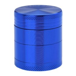 Drtič tabáku kovový Champ High ALU, 40mm, modrý-PRODEJ TOHOTO ZBOŽÍ BYL UKONČEN. PROSÍM, VYBERTE SI PODOBNÝ PRODUKT Z NABÍDKY ALTERNATIVNÍHO ZBOŽÍ. Kvalitní kovový drtič tabáku Champ High Alu. Atraktivní čtyřdílná drtička se závitem, sítkem a zásobníkem na tabák je precizně vyrobena z jakostního hliníku CNC technologií. Povrch je upraven eloxováním. Víčko drtičky je magneticky uzavíratelné. Ostré zuby ve tvaru diamantu rychle nadrtí vaši směs do požadované kvality. Rozměry: průměr 40mm, výška 47mm.