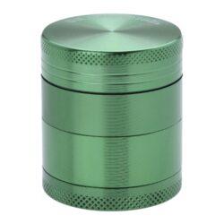 Drtič tabáku kovový Champ High ALU, 40mm, zelený-Kvalitní kovový drtič tabáku Champ High Alu. Atraktivní čtyřdílná drtička se závitem, sítkem a zásobníkem na tabák je precizně vyrobena z jakostního hliníku CNC technologií. Povrch je upraven eloxováním. Víčko drtičky je magneticky uzavíratelné. Ostré zuby ve tvaru diamantu rychle nadrtí vaši směs do požadované kvality. Rozměry: průměr 40mm, výška 47mm.