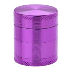 Drtič tabáku kovový Champ High ALU, 40mm, fialový-Kvalitní kovový drtič tabáku Champ High Alu. Atraktivní čtyřdílná drtička se závitem, sítkem a zásobníkem na tabák je precizně vyrobena z jakostního hliníku CNC technologií. Povrch je upraven eloxováním. Víčko drtičky je magneticky uzavíratelné. Ostré zuby ve tvaru diamantu rychle nadrtí vaši směs do požadované kvality. Rozměry: průměr 40mm, výška 47mm.