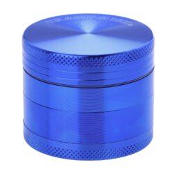 Drtič tabáku kovový Champ High ALU, 50mm, modrý-Kvalitní kovový drtič tabáku Champ High Alu. Atraktivní čtyřdílná drtička se závitem, sítkem a zásobníkem na tabák je precizně vyrobena z jakostního hliníku CNC technologií. Povrch je upraven eloxováním. Víčko drtičky je magneticky uzavíratelné. Ostré zuby ve tvaru diamantu rychle nadrtí vaši směs do požadované kvality. Rozměry: průměr 50mm, výška 42mm.