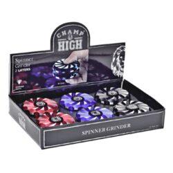 Drtič tabáku kovový Champ High Spinner, 63mm, 6mix-Dva v jednom - atraktivní kovový drtič tabáku Champ High a spinner. Kvalitní dvoudílná drtička se sítkem a zásobníkem na tabák je precizně vyrobena z jakostního hliníku CNC technologií. Povrch je upraven eloxováním. Víčko drtičky je magneticky uzavíratelné. Ostré zuby ve tvaru diamantu velmi dobře nadrtí vaši směs do požadované kvality. Rozměry: průměr 63mm, výška 26mm. Před odesláním objednávky uveďte číslo barevného provedení do poznámky.  Cena je uvedena za 1 ks.  Balení - 6 ks