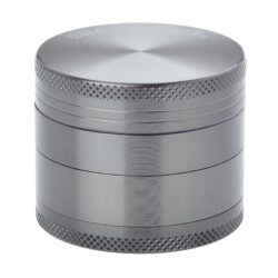 Drtič tabáku kovový Champ High ALU, 50mm, šedý-Kvalitní kovový drtič tabáku Champ High Alu. Atraktivní čtyřdílná drtička se závitem, sítkem a zásobníkem na tabák je precizně vyrobena z jakostního hliníku CNC technologií. Povrch je upraven eloxováním. Víčko drtičky je magneticky uzavíratelné. Ostré zuby ve tvaru diamantu rychle nadrtí vaši směs do požadované kvality. Rozměry: průměr 50mm, výška 42mm.