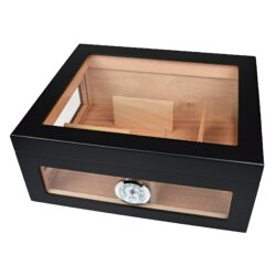 Humidor na doutníky Angelo Blackglass-Moderní stolní humidor na doutníky s kapacitou cca 75 doutníků (v závislosti na velikosti). Prosklený humidor v černé matné barvě je dodáván s vlhkoměrem a polymerovým zvlhčovačem. Prostor pro doutníky je variabilní díky čtyřem magnetickým příčkám, které lze libovolně podle potřeby rozmístit. Vnitřek humidoru je vyložený cedrovým dřevem. Rozměr humidoru: 32x27,5x13 cm.  Humidory jsou dodávány nezavlhčené, proto Vám nabízíme bezplatnou volitelnou službu Zavlhčení humidoru, kterou si vyberete v Souvisejícím zboží. Nový humidor je nutné před prvním uložením doutníků zavlhčit, upravit a ustálit jeho vlhkost na požadovanou hodnotu. Dobře zavlhčený humidor uchová Vaše doutníky ve skvělé kondici.