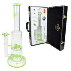 Bong skleněný s perkolací Grace Glass LE Set zelený 38cm-Kvalitní skleněný bong s perkolací značky Grace Glass Limited Edition v setu s příslušenstvím. Precizně zpracovaný transparentní bong se světle zelenými prvky je dodáván v nerozbitném boxu s kódovacím zámkem. Díky přiloženému příslušenství je tento bong vhodný také pro Dabbing. Bong zdobený logem GG je vybavený perkolací typu Multi Dome a Slitted Inline ke zjemnění kouře. Oproti standardním bongům je tento prémiový bong vyrobený z tepelně odolného borosilikátového skla tloušťky 5 mm. Obsah setu: skleněný bong, kotlík, drtič, silikonové pouzdro, filtrační papírky a příslušenství pro Dabbing.  Výška: 38 cm Vnitřní průměr bongu: 2,9 cm(slabší část), 5 cm(silnější část) Průměr hrdla: 4,8 cm Socket chillumu: 18,8 mm Materiál: borosilikátové sklo Tloušťka skla: 5 mm