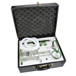 Vodní dýmka DUD Firestarter Green set 43cm, perkolace-Moderní skleněná vodní dýmka s perkolací značky DUD Firestarter v setu s příslušenstvím. Tato střední vodní dýmka vysoká 43cm je hitem mezi vodními dýmkami a svým designem ihned zaujme. Kombinace zelených prvků a výrazného loga DUD dělá z dýmky opravdu skvost. Celoskleněná vodní dýmka je dodávaná s jedním šlauchem a spodní Shower Head perkolací, která kouř zjemňuje. Jednotlivé díly dýmky, z kterých je dýmka složena, jsou precizně zpracované a vyrobené z tepelně odolného skla. V balení najdete jeden silikonový šlauch (vnitřní průměr 1,2cm), skleněný náustek, misku na tabák, skleněný talířek, připojovací konektor pro hadici a zátku na druhý výstup. Skleněné díly dýmky do sebe jednoduše zasunete, napojíte silikonovou hadici a dýmka je připravena. Vodní dýmka DUD je dodávána v krásném nerozbitném boxu s kódovacím zámkem, takže se nemusíte bát poškození při eventuálním převozu.