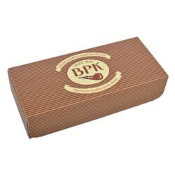 Dárková krabička na dýmku BPK-Dárková krabička na dýmku BPK. Originální krabička v retro stylu s logem BPK je precizně vyrobená. Krabička na dýmku je z pevného kartonu v matném provedení s magnetickým zavíráním. Udělejte radost přátelům nákupem kvalitní dýmky BPK standardně dodávanou v papírové krabičce, ale darujte ji v této stylové dárkové krabičce - líbit se bude určitě. Velikost krabičky 19x8,5x4,4cm.