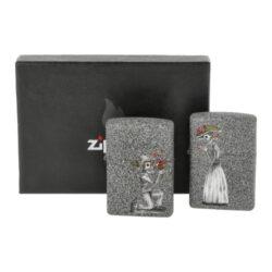 Zapalovač Zippo Day of Dead, matný-Zippo sada pro páry - benzínový zapalovač Zippo Day of Dead 60002305. Sada dvou zapalovačů Zippo s matným hladkým povrchem, které jsou dodávané v originální krabičce s logem. Zapalovače Zippo nejsou při dodání naplněné benzínem. Správné fungování zapalovače zajistíte originálním příslušenstvím: benzín Zippo 3141 Fluid, kamínky Zippo Flint, knoty Zippo Wick a vata do zapalovače Zippo.