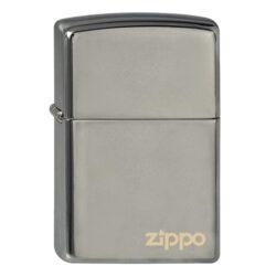 Zapalovač Zippo Black Ice Logo, lesklý-Benzínový zapalovač Zippo Black Ice Logo 1440020. Zapalovač Zippo s lesklým hladkým povrchem v gunmetalovém zrcadlovém provedení je dodávaný v originální krabičce s logem. Zapalovače Zippo nejsou při dodání naplněné benzínem. Správné fungování zapalovače zajistíte originálním příslušenstvím: benzín Zippo 3141 Fluid, kamínky Zippo Flint, knoty Zippo Wick a vata do zapalovače Zippo.