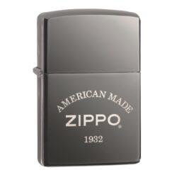 Zapalovač Zippo American Made, lesklý-Benzínový zapalovač Zippo American Made 60003897. Zapalovač Zippo s lesklým povrchem v gunmetalovém provedení je dodávaný v originální krabičce s logem. Zapalovače Zippo nejsou při dodání naplněné benzínem. Správné fungování zapalovače zajistíte originálním příslušenstvím: benzín Zippo 3141 Fluid, kamínky Zippo Flint, knoty Zippo Wick a vata do zapalovače Zippo.